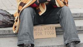 Homem no parque com pronto para trabalhar para o sinal do alimento, pedido desabrigado, pobreza, tristeza vídeos de arquivo