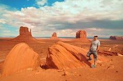Homem no parque tribal EUA do vale do monumento imagem de stock