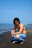 Homem no pensamento da praia Fotos de Stock Royalty Free