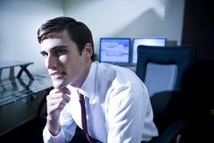 Homem no pensamento do escritório imagens de stock royalty free