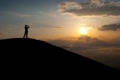 Homem no pico Fotografia de Stock