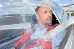 Homem no planador da cabina do piloto Fotos de Stock