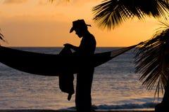 Homem no por do sol do Cararibe Fotos de Stock Royalty Free