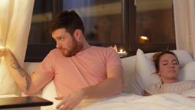 Homem no portátil de fechamento da cama e na luz de gerencio fora vídeos de arquivo