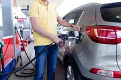 Homem no posto de gasolina imagem de stock