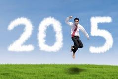 Homem no prado que forma o número 2015 Imagens de Stock