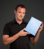 Homem no preto com caixa em branco Imagem de Stock