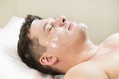 Homem no procedimento do cosmético da máscara fotos de stock