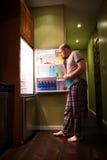 Homem no refrigerador fotografia de stock royalty free