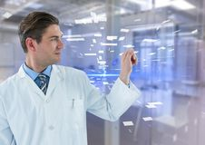 Homem no revestimento do laboratório que sustenta o dispositivo de vidro contra a relação azul e o laboratório obscuro foto de stock