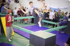 Homem no salto na 5a competição do parkour a mover-se Imagens de Stock