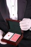 Homem no smoking com cartões de jogo fotos de stock