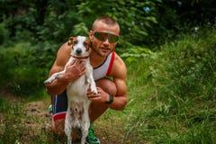 Homem no sportswear com cão pequeno fotos de stock