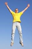 Homem no t-shirt amarelo fotos de stock royalty free