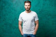 Homem no t-shirt branco fotos de stock royalty free
