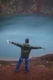 Homem no tampão em Volcano Ground vermelha Fotografia de Stock