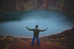 Homem no tampão em Volcano Ground vermelha Fotos de Stock
