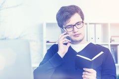 Homem no telefone que verifica a programação, tonificada Foto de Stock Royalty Free