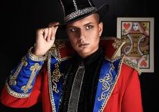 Homem no terno caro do illusionist-conjurer. Imagem de Stock Royalty Free