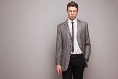 Homem no terno cinzento Imagem de Stock