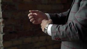 Homem no terno cinzento e vermelho filme