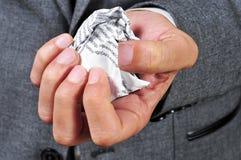 Homem no terno com um pedaço de papel amarrotado Foto de Stock Royalty Free