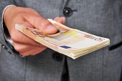 Homem no terno com um punhado de euro- contas fotos de stock