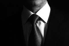 Homem no terno de negócio, homem de negócio no fundo preto Fotos de Stock Royalty Free