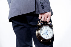 Homem no terno de negócio que guarda um pulso de disparo - no tempo e no conceito do negócio Imagem de Stock Royalty Free