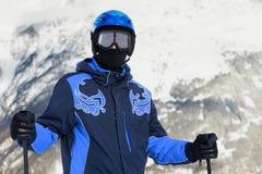 Homem no terno e no capacete de esqui Imagens de Stock Royalty Free