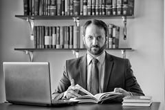 Homem no terno formal no local de trabalho do escritório Fotografia de Stock