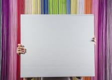 Homem no terno, guardando uma folha branca na frente dele A imagem foi feita no fundo da cor Imagem de Stock Royalty Free