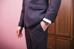 Homem no terno, mão das posses no bolso Fotos de Stock Royalty Free