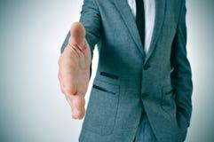 Homem no terno que oferece agitar as mãos Fotos de Stock