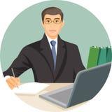 Homem no terno que senta-se na tabela atrás do vetor do caderno do computador Foto de Stock Royalty Free