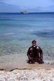 Homem no terno seco para o snorkel Fotos de Stock Royalty Free