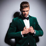 Homem no terno verde e laço que olha um pouco triste Fotos de Stock