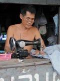 Homem no trabalho em uma loja dos vestuários foto de stock royalty free