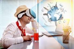 Homem no trabalho que imagina suas férias com o representatio dos vidros do vr foto de stock royalty free