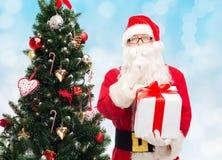 Homem no traje de Papai Noel com caixa de presente Foto de Stock Royalty Free