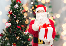 Homem no traje de Papai Noel com caixa de presente Foto de Stock