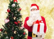 Homem no traje de Papai Noel com caixa de presente Fotografia de Stock Royalty Free