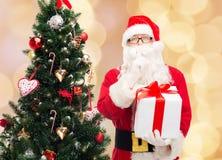 Homem no traje de Papai Noel com caixa de presente Imagem de Stock Royalty Free