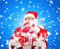 Homem no traje de Papai Noel com caixas de presente Imagem de Stock Royalty Free