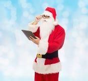 Homem no traje de Papai Noel com PC da tabuleta Imagens de Stock