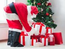 Homem no traje de Papai Noel com presentes Imagem de Stock Royalty Free