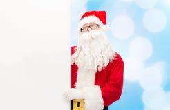 Homem no traje de Papai Noel com quadro de avisos Imagens de Stock Royalty Free