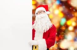 Homem no traje de Papai Noel com quadro de avisos Fotografia de Stock