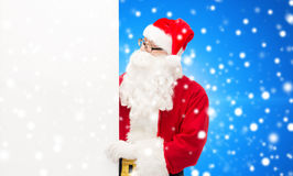 Homem no traje de Papai Noel com quadro de avisos Imagem de Stock