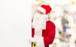 Homem no traje de Papai Noel com quadro de avisos Fotos de Stock Royalty Free